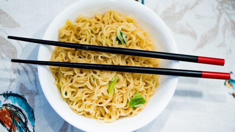 Cómo aprender a comer con palillos chinos