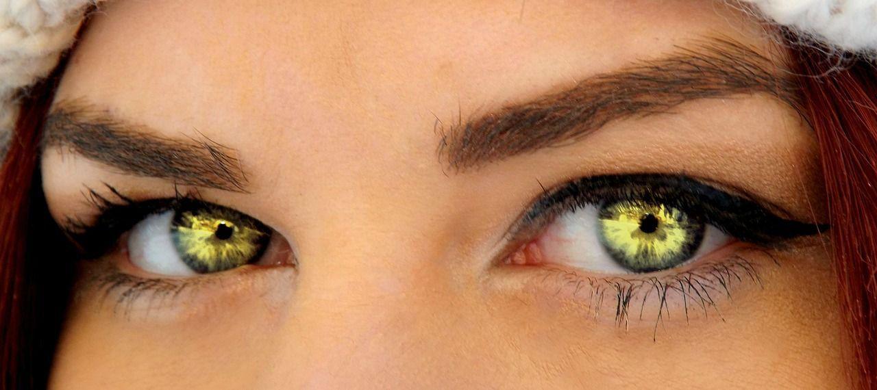 Persona con ojos verdes